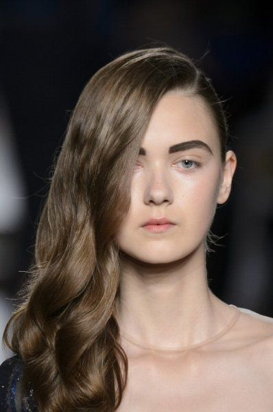 Capelli sciolti e portati di lato, come un'onda morbida #hairstyle