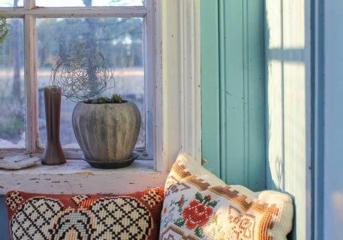 Veranda med isblå, dragning åt turkos pärlspont. Foto: Erika Åberg #byggnadsvård #gamla #hus #veranda  #fönster #pärlspont #loppisfynd