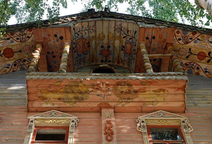 Les traditions de l'architecture russe (isbas) qui disparaissent. La façade d'une maison en bois dans le village de Moiseevka, région de Iaroslavl.
