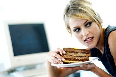 """O TRABALHO FAZ VOCÊ COMER MAIS? """"Se a pessoa vai passar do horário do almoço cumprindo as atividades do trabalho e não tem nada em mãos para comer, fatalmente à tarde ela vai sair à procura do que os colegas têm em mãos. O engordar vai acontecer se ela não estiver fazendo as refeições normais, pulando o desjejum e o almoço"""", disse a nutricionista Vivian Goldberger, do blog Cartilha Cor de Rosa. leia mais....cartilhacorderosa.blogspot.com.br"""
