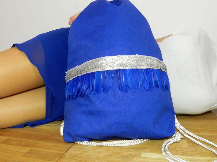 mochila mujer boho chic azul klein con plumas azul snorkel rígidas y lentejuelas plateadas - estilo bohemian navy chic de ElTallerdeMisNubes en Etsy