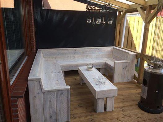 Loungebank/hoekbank gemaakt van oud steigerhout. De meubels worden gemaakt door steigerhoutfryslan/friesland. Kwaliteit staat bij ons hoog in het vaandel! U kunt bij ons kiezen uit div kleuren. Voorzien  van een matte coatinglaag. Goed afneembaar kring en vlekvrij.