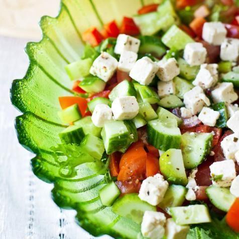 Kokoa salaattiainekset kauniiseen kulhoon. Pirskota joukkoon vähän oliiviöljyä kastikkeeksi sekä suolaa ja pippuria mausteeksi.