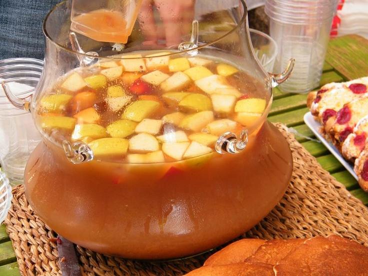 Punch cu suc de mere și puțin alcool, asezonat cu fructe... Un deliciu!