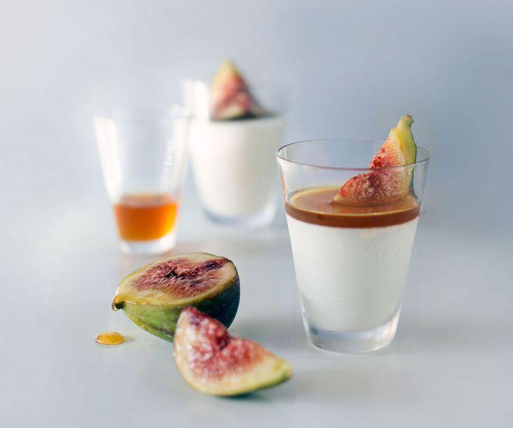 Panna cotta er lett å lage til mange og her har jeg brukt hjemmelaget yoghurt som gir en variant du gjerne kan servere som avslutning på julefrokosten.