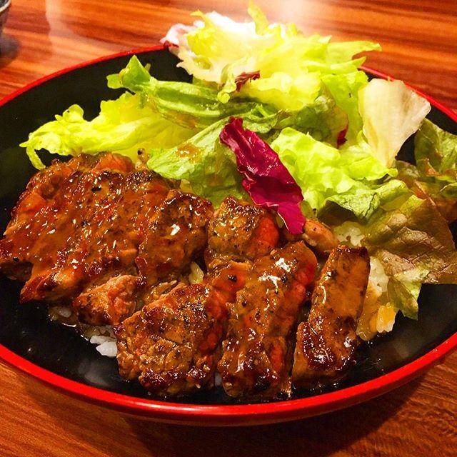 今泉にある、小城市アンテナフードショップ牛の尾に行ってきました。ステーキ丼がオススメと聞いたので、牛の尾ステーキ丼を注文。鉄板で焼かれたステーキ丼が運ばれてきます。醤油ベースの味付けで、ワサビをお好みでつけて味変も可。お肉は柔らかくジューシーでGOOD!味が濃いめなのでもう少しご飯が欲しかったです(笑)同席者の佐賀牛カレーも黒カレー仕立てでスパイシーかつフルーティ。柔らかく煮込まれた佐賀牛もホロホロと崩れるほどで美味!テールスープもビーフのエキスがたっぷり染み込んでいて、かつ、お肉もたっぷり入っていて満足度は高いです!ごちそうさまでした!  I went to a beef restaurant in Imaizumi, Chuo - ku, Fukuoka city. Recommended steak don bowl was very delicious with wasabi. Curry and rice was also spicy and delicious with Saga beef.  #food #foodstagram #foodporn #foodie…
