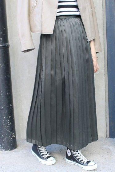 シルクサテンプリーツスカート  シルクサテンプリーツスカート 14040 2016AW SLOBE IENA シルク素材のプリーツスカートです トレンドアイテムとして注目を浴びるプリーツスカート こちらはシルク100%でシルクならではの滑らかな肌触りと上品な光沢感が特徴です 秋口にはレザージャケットと合わせて甘辛ミックスなスタイルを楽しんだり足元をスニーカーにすればカジュアルにもこなせます 冬になればざっくりニットと合わせてもおすすめ シャイニー素材とほっこりとしたニットの組み合わせで今年らしいスタイルを演出してくれます 取り扱いについては商品についている品質表示でご確認ください こちらの商品はSLOBE IENAでの取り扱いになります 直接店舗へお問い合わせの際はSLOBE IENA店舗へお願い致します 店頭及び屋外での撮影画像は光の当たり具合で色味が違って見える場合があります 商品の色味はスタジオ撮影の画像をご参照ください 着用スタッフ身長162cm 着用サイズ38