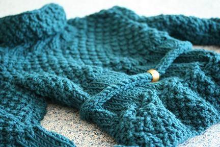 フレンチブルーのニットのご紹介です。コロコロっとした糸だったので、シルエットはあえてやわらかさを強調するようにしてみました。アクセントになるようにベルトができるようにしました。どんなベルトをするかによって着る場所がちょっとランクアップします。特別な編み方をしなくても自然にスタンドカラーになるのはまさにこの糸ならでは!糸に感謝です。初めて使う糸でお値段もかなりお手頃だったので編む前はちょっと不安だったのですが、かっちりと仕上げたいときにはまさに思い通りになります。編みやすくて3日もかからなかったほどです。この糸まだまだ重宝しそうです。励みになりますのでクリックお願いします!人気blogランキングへブログランキングブログ村あかちゃんのお祝いと成長の記録―ベビーアルバムポプラ社このアイテムの詳細を見る編み物教室Kat...