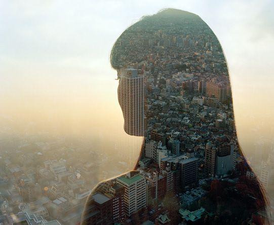 Siluetas humanas combinadas con los paisajes que se pueden conseguir desde los grandes rascacielos de ciudades asiáticas.
