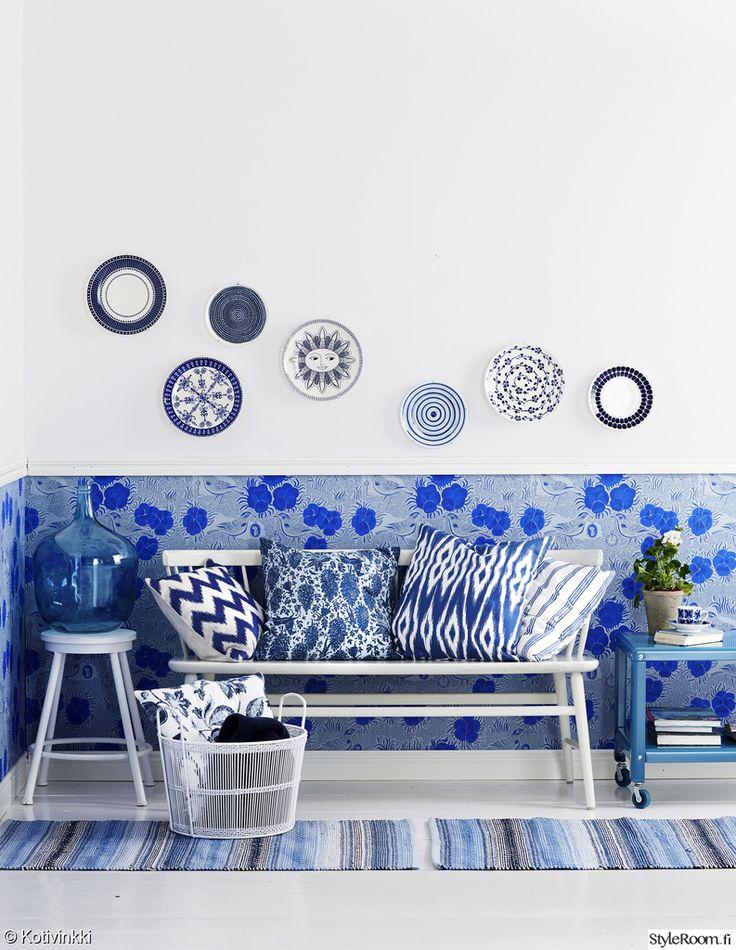 sininen,tapetti,penkki,sivupöytä,jakkara,lautaset,seinälautaset,seinä,tyynyt,eteinen,olohuone,mökki,tee itse