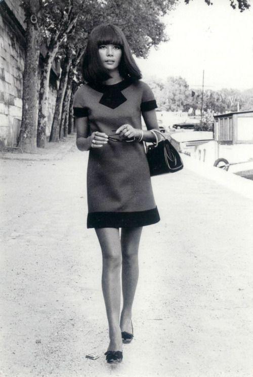 Model Hiroko het dragen van een rode en zwarte wollen jurk van Cardin, handtas door Givenchy en schoenen van Charles Jourdan, gefotografeerd door Pierluigi Praturlon in Parijs, 1969.