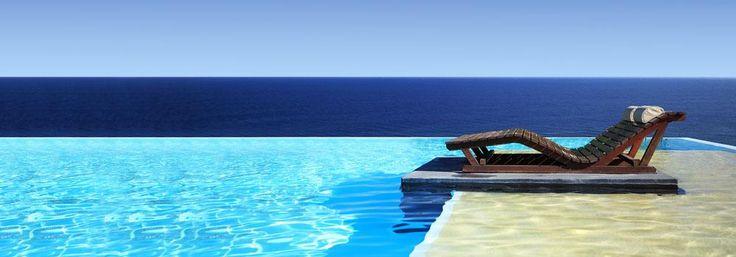 vue à partir d'une piscine panoramique avec terrasse et chaise longue