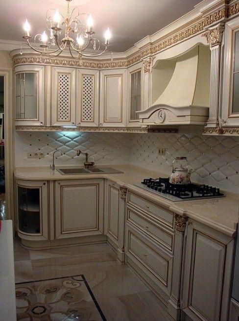 Классическая кухня с хрустальной люстрой