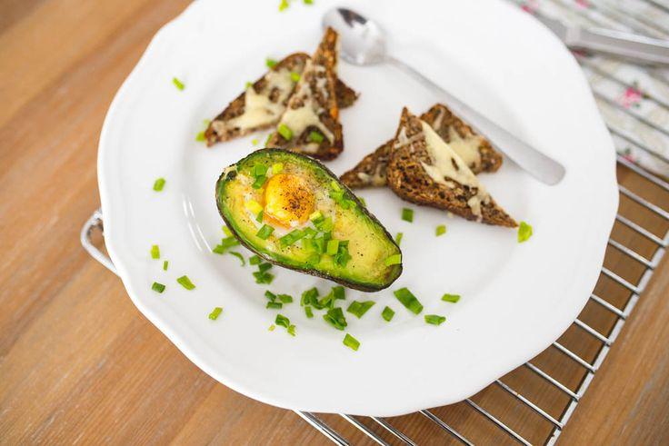 Pomysł na śniadanie. Awokado zapiekane z jajkiem http://ladygugu.pl/pomysl-na-zdrowe-sniadanie-awokado-zapiekane-z-jajkiem/