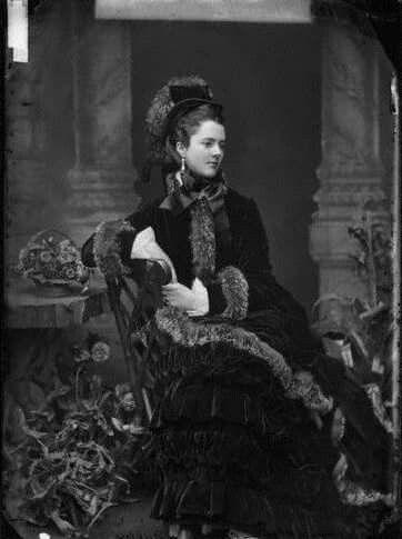 Fotografia de Georgina Elizabeth, Condessa de Dudley, no final da década de 1870. Conhecida como uma beleza notória da era vitoriana, Lady Dudley serviu na Cruz Vermelha durante a  Guerra dos Bôeres e I Guerra Mundial, se envolveu com a construção de uma casa de repouso para oficiais e deficientes e morreu aos 82 anos, depois de ter passado metade da sua vida como viúva, em Fevereiro de 1929.