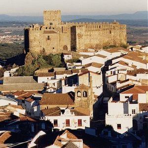 Segura de León Segura de León nace a la historia cuando el Maestre de Santiago Pelay Pérez Correa concede fuero de población al concejo en 1274, segregando su territorio de la donación de Montemolín de 1248. Pero ya diversos pueblos y culturas habían dejado sus huellas en nuestras tierras.