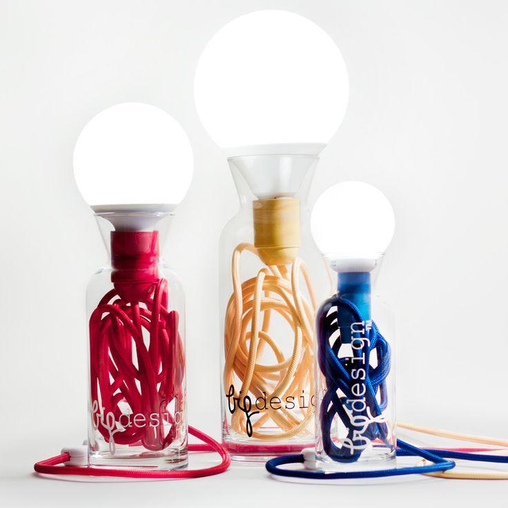 Éclairage table de luminaire directe avec base en verre recyclé et une lampe de faible puissance. Le câble électrique à l´intérieur et de verre coloré qui entoure ce sont les signes de reconnaissance de cette lampe éco-conception. Flexibilité sans contraintes de placement grâce à trois mètres de câble plaie.