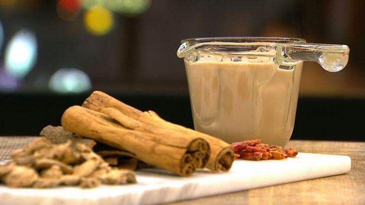 Chai te med chili og kanel er en lækker indisk opskrift af Lasse Skjønning Andersen fra Go' morgen Danmark, se flere drikkevarer på mad.tv2.dk