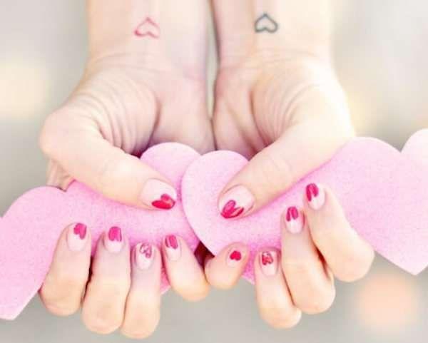 Unghie da sposa 2016 - Nail art rosa chiaro con cuori fucsia per spose originali