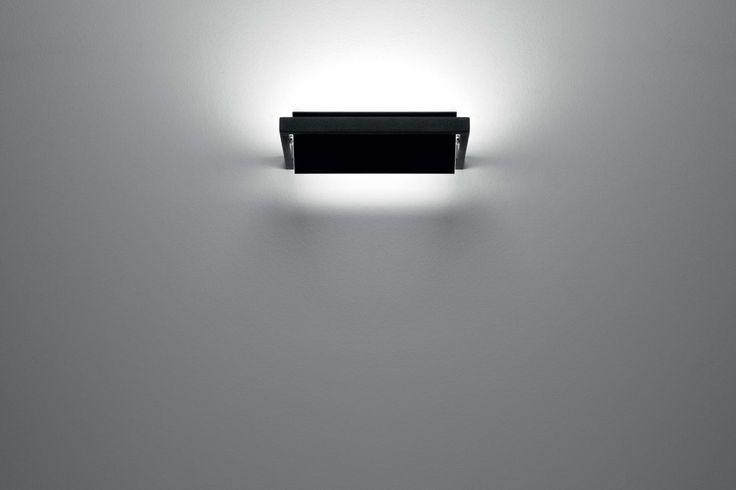 Dalla parete si dischiude uno spiraglio di luce nitida e confortevole. La perfezione dell'estetica minimalista...