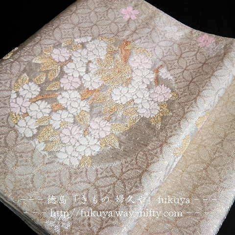 【kimono_fukuya_tokushima】さんのInstagramをピンしています。 《#袋帯 #桜 #徳島 #きもの婦久や . 逸品 袋帯「白地に桜の花丸 七宝地紋 」 . 伝統工芸の職人技の光る、繊細な逸品物の袋帯です。 . 品よく・先日の色留袖にも . 若い方向き . 留袖 訪問着 付下げ 色無地 等に . ◇是非、実物をご覧下さい。 . ◇facebookページ⇨ https://www.facebook.com/kimono.fukuya.tokushima ⇦「フォロー・#いいね!・シェア」宜しくお願いします。 . #花丸 #七宝 #伝統工芸 #美 #事代主神社 通町→中通町→通り1本違い . ー ー ー ー ー . 【きもの 婦久や/ご紹介】 . ◇フォーマルからカジュアルまで着物全般・取扱っております。 . 【例】#結婚式 #披露宴 等のおよばれ #成人式 #お宮参り #七五三 #パーティー .  #お茶会#いけばな #三味線 #お琴 学校等の行事 #同窓会 #趣味 歌舞伎 観賞 その他の機会お着物 . . ◇夏期は、#竺仙…