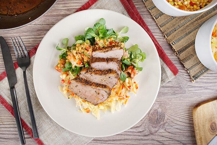 Die Entenbrust wird ganz einfach im Ofen zubereitet und mit zwei Wintersalaten, nämlich einem Linsen- und Weißkohlsalat serviert. Zubereitung: 1 Std. Garzeit: 20 Min. Zutaten für 4 Personen: Weißkohlsalat: 300 g Weißkohl 1 Apfel 1 Karotte 1 rote Paprika ½ TL Salz ¼ TL Kümmel 30 ml Öl 25 ml Apfelessig 2 TL Honig Pfeffer …