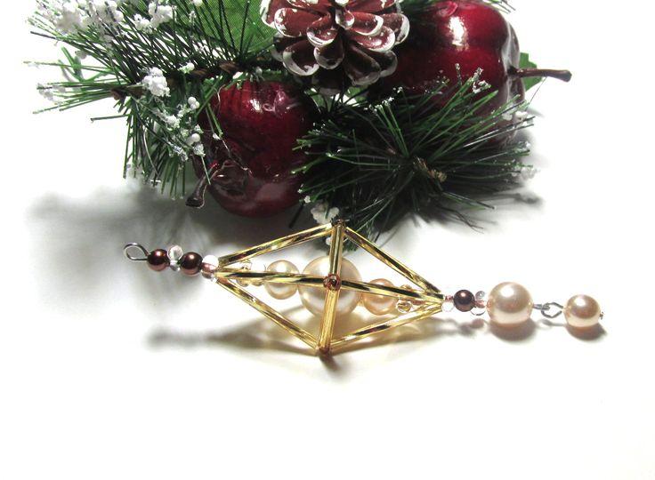 Vánoční ozdoba _ Vřeténko zlatobílohnědé Vánoční ozdoba . Použity kroucené tyčky , tyčky .Peličky hnědé a farfále bílozlaté,perličky byrvy ampaňské..Délka cca 11 cm.Vhodné k zavěšení na stromeček , na větvičku. Krásný dárek :D