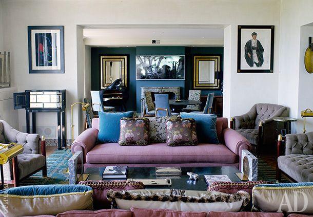 Гостиная. Розовые диваны, по форме напоминающие диваны, стоявшие когда-то в квартире Коко Шанель, сделаны назаказ компанией Leinis. Серые стеганые кресла ибанкетка — винтажные, 1930-х годов, по дизайну венгерского архитектора Тороцкай-Виганда Эде.