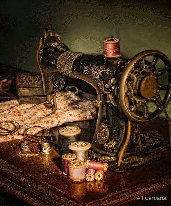 дает ему картинки старинная швейная машинка и ножнички жук