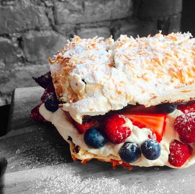 Ny favoritt! 17. mai kake med sjokoladekake marengs og bær!