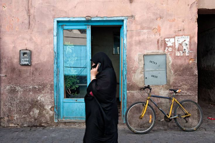 Una mujer hablando con el móvil en Medinarn  Marruecos desbloquea las llamadas gratis de Internet El Estado permitió a los operadores impedir las comunicaciones libres durante 10 meses