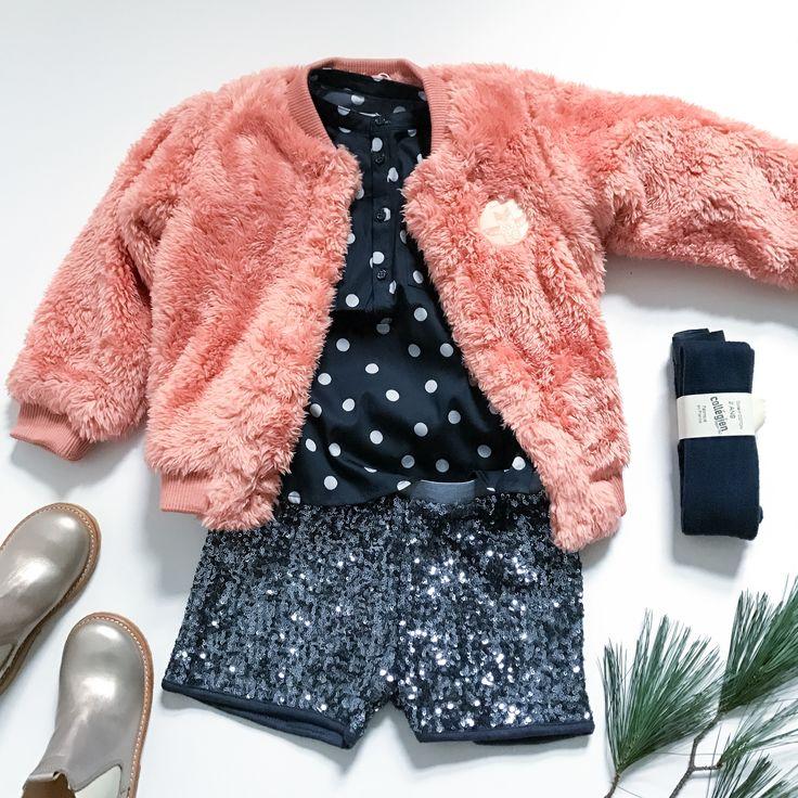 Silvester Outfit für Kinder mit Glitzershorts, Plüschjacke und goldenen Chelsea-Boots