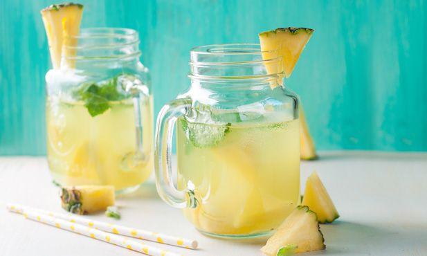 Chá frio de camomila com hortelã e abacaxi - uma infusão para receber o calor
