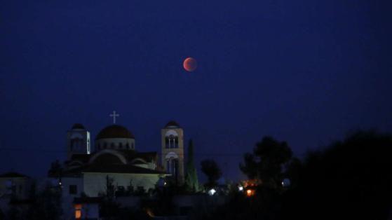 Mondfinsternis 2015: Der Blutmond über einer Kirche auf Zypern