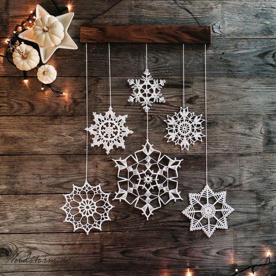 Décoration de vacances élégant et délicat. Chaque pièce de cette décoration est fait à la main avec amour. Décoration de fête de Noël est faite de bois de noyer et de 6 flocons de neige au crochet blanc. Flocons de neige sont soigneusement formés et amidonnés et vient emballé bien et en toute sécurité.  Flocons de neige mobiles peuvent s'accrocher sur un mur, fenêtre, peut devenir objet de décor maltais et élément intérieur chaud. Nous vous souhaitons meilleures émotions l'utiliser…