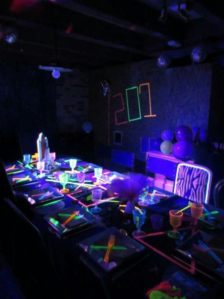 table fluo pour soir e futuriste chez les pin up de la deco soir e futuriste pinterest. Black Bedroom Furniture Sets. Home Design Ideas