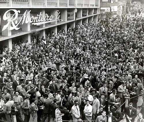 Multidão acompanha resultados das eleições legislativas, estaduais e municipais de 1954 em tabuletas eleitorais e por boletins da rádio Record, em São Paulo. Folha Imagem, nov. 1954