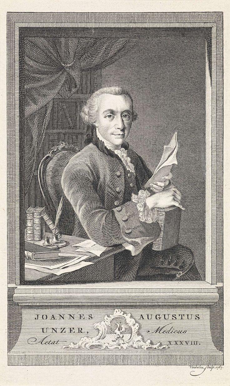 Reinier Vinkeles | Portret van Johann August Unzer, Reinier Vinkeles, 1767 | Portret van Johann August Unzer, Duits arts en schrijver, op 38-jarige leeftijd. Hij zit op een stoel met op zijn schoot een boek en in zijn hand een blad papier. Zijn elleboog leunt op een tafel waarop boeken, papier en een inktpot met schrijfveer.