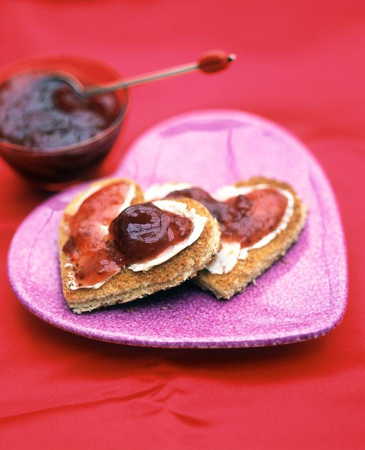 Toast mit Erdbeerkonfitüre in Herzform   Zeit: 5 Min.   http://eatsmarter.de/rezepte/toast-mit-erdbeerkonfituere-in-herzform
