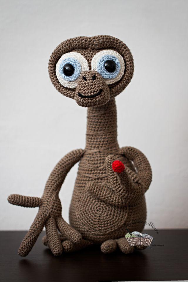 E.T. inšpirovala som sa fotkou háčkovaného E.T.,ktorú som našla ako jedinú ....hádam sa autorka neurazí  http://laganchilleria.blogspot.com.es/2012/06/et-el-extraterrestre.html
