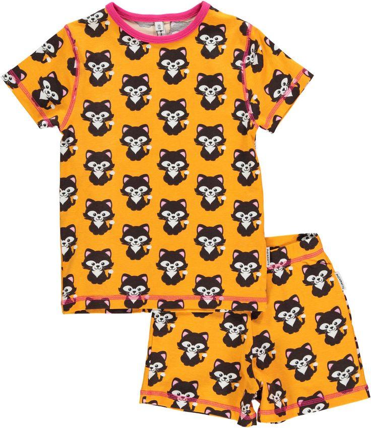 En myk og behagelig to-delt pyjamas fra svenske maxomorra. Den fine pyjamasen Cat har et heldekkende mønster av søte katter og består av t-skjorte med rund hals og stilige kontrastsømmer, samt en kortbukse med strikk i livet. Perfekt nattøy til varme sommernetter!<br><br>Klærne fra maxomorra er kjente for sine spreke farger og morsomme mønstre. Bomullsmaterialene er GOTS-sertifiserte og økologiske, slik at du kan være trygg på at både barna og naturen blir godt ivaretatt!<br&gt...