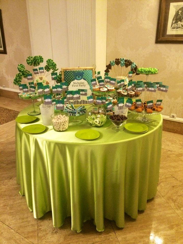 By www.magentaevents.ro #green #teddybears #theme #candybar #nunta #iasi #macarons #cupcakes #marshmallows #magentaevents