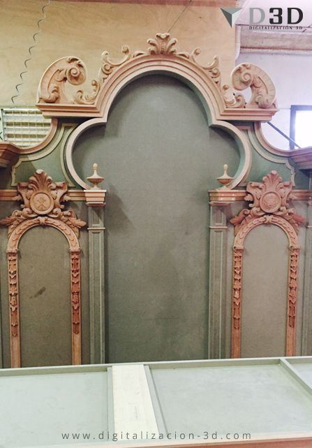 Cuerpo superior del retablo con las tallas en madera colocadas que posteriormente se escanearon