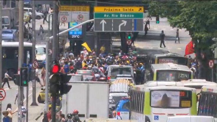 Funcionários do Comperj fizeram protesto ao redor do prédio da Petrobras, no Rio de Janeiro: http://glo.bo/1F7160b
