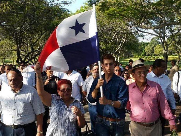 El 20 de diciembre de 2014, joven ondea la bandera de Panamá en el Jardín de Paz, en los actos conmemorativos del XXV aniversario de la invasión de EU a Panamá.