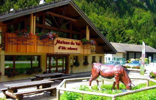 Abondance. La maison du Val. En savoir plus : http://www.gpps.fr/Guides-du-Patrimoine-des-Pays-de-Savoie/Pages/Site/Visites-en-Savoie-Mont-Blanc/Chablais/Haut-Chablais-Morzine-Aulps-Abondance/Abondance-Maison-du-Val-d-Abondance