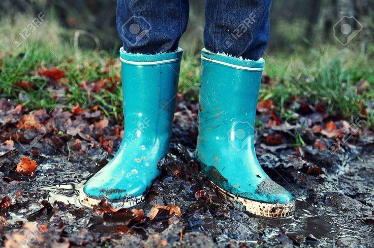 秋秋のコンセプト - 泥の水たまりに長靴/。青い女性長靴屋外アクションで。 ロイヤリティーフリーフォト、ピクチャー、画像、ストックフォトグラフィ. Image 10437903.