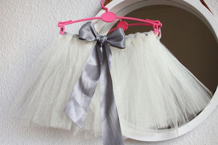 Ein selbstgemachter Tüllrock ganz ohne Nähen! Seit längerem sind Tüllröcke für große und kleine Mädchenim Trend (sofern man bei Kindern überhaupt schon von Trends sprechen sollte). In der Kinderab…