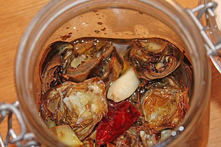 Carciofini conditi in una salsa calda fatta con olio aglio e peperoncino, arricchita dalle erbe aromatiche del mio giardino: maggiorana, prezzemolo, menta romana, rosmarino e fatta insaporire almeno per un giorno!