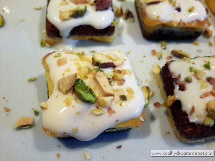 Eigenlijk is mini roomkaastaartjes met pistachenoten de koolhydraatarme versie van de gewone cheesecake.